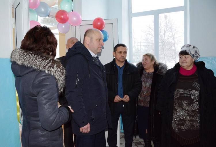 Под Винницей чиновники торжественно открыли школьный туалет: фото