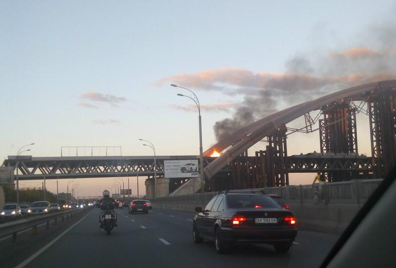 В Киеве произошел пожар на Подольско-Воскресенском мосту: фото