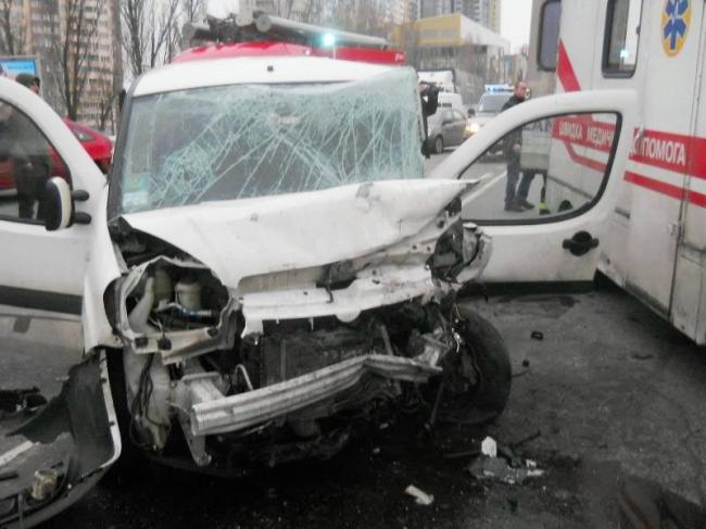 Крупное ДТП в Киеве: столкнулись четыре авто и маршрутка