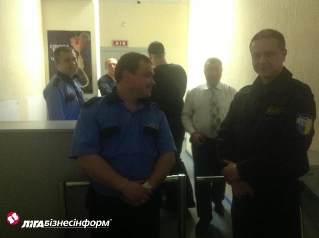 Охрана ТВі не пускает Кагаловского в офис канала: фото и видео