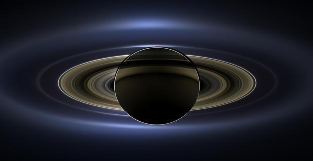 Гигантский Сатурн с точкой Земли на фоне: удивительное фото NASA