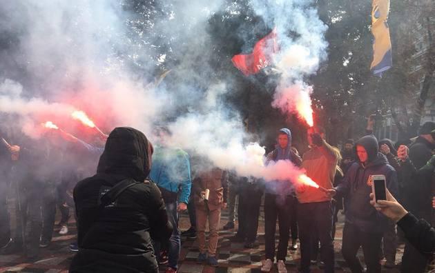 День голосования по Донбассу: под Радой жгли шины и файеры - фото