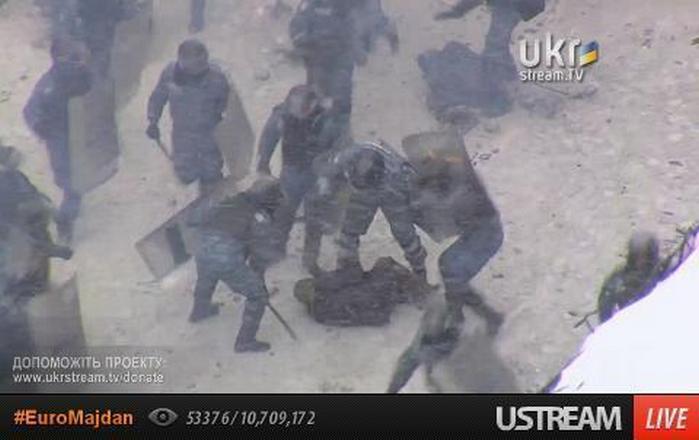 """""""Беркут"""" снова атакует на Грушевского, задержанных избивают"""