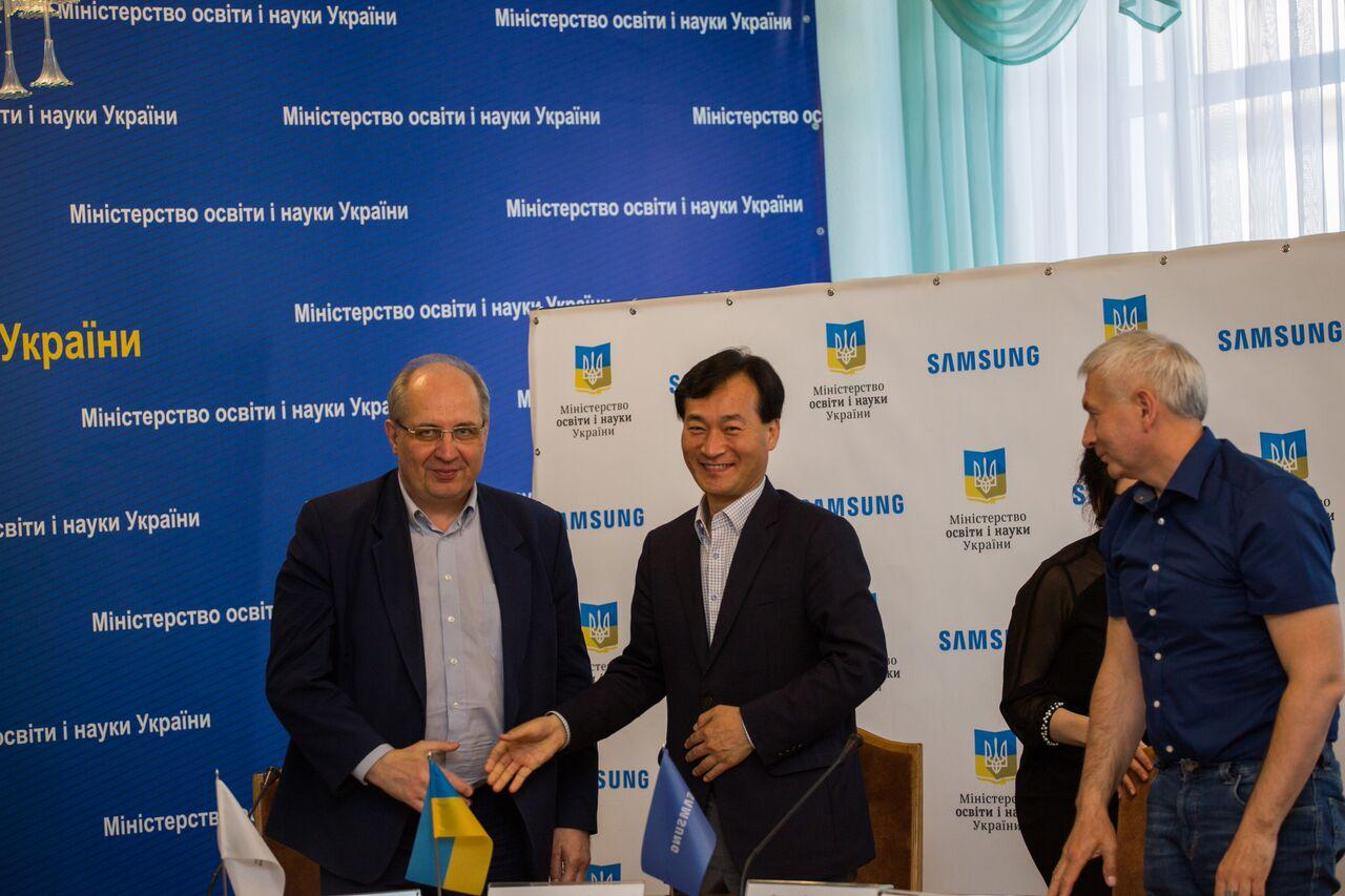 """22 украинских школьника получили сертификаты """"ІТ-школы Samsung"""""""