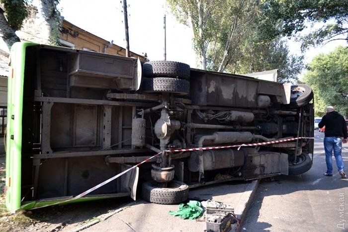 В Одессе на ходу перевернулась маршрутка, 10 пострадавших: видео