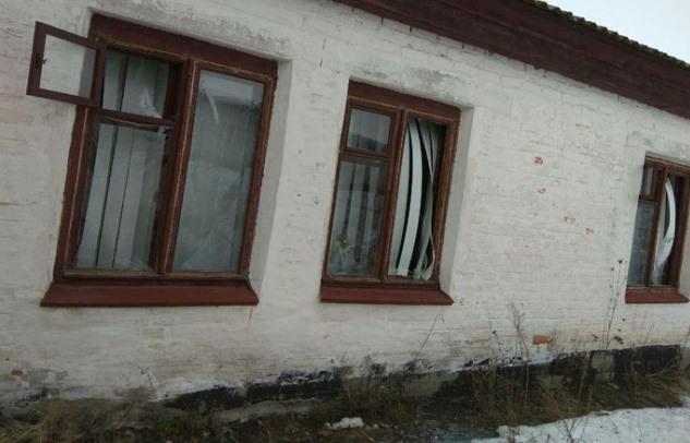 Последствия ночного обстрела боевиками поселка в Донбассе: фото