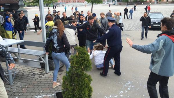 В Харькове пророссийски настроенных горожан облили кефиром (фото)