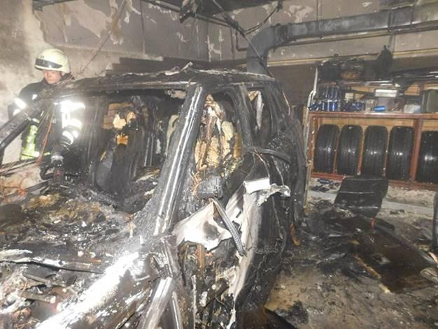 ВКиеве напаркинге сгорели два внедорожника