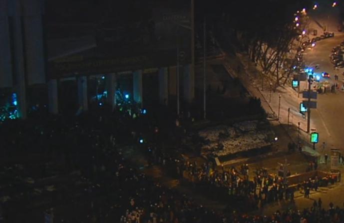 """Штурм Украинского дома. Активисты кричат милиции """"Выходи!"""""""