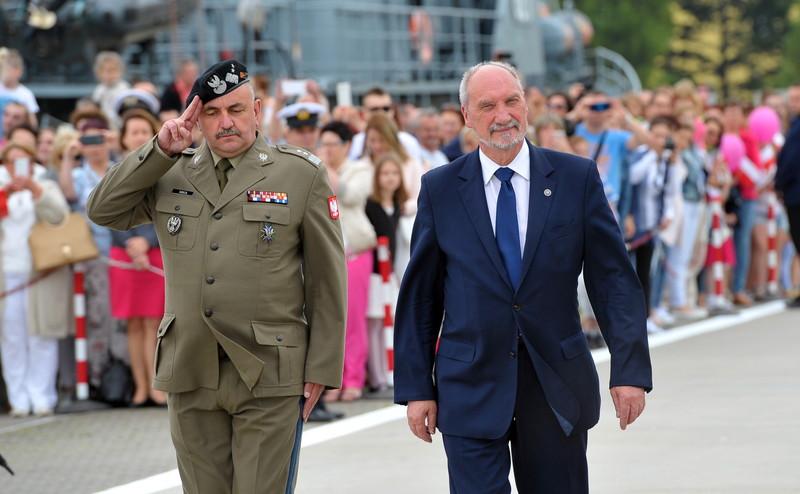 Генерал Ярослав Мика и министр обороны Польши Антоний Мацеревич