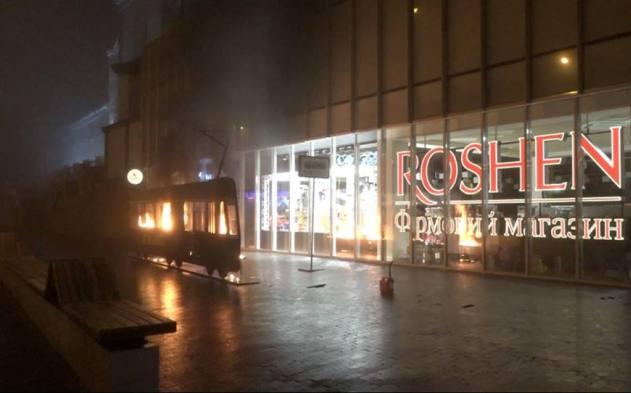 Femen подожгли бутафорный трамвай возле магазина Roshen: фото