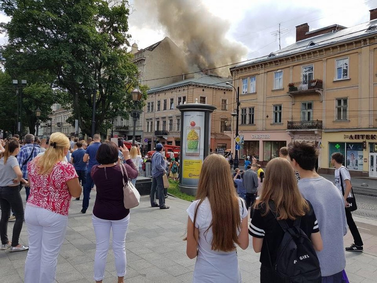 В центре Львова горел старинный дом - фото, видео