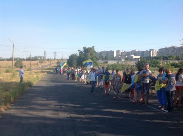 Против вторжения России: жители Мариуполя взяли город в кольцо