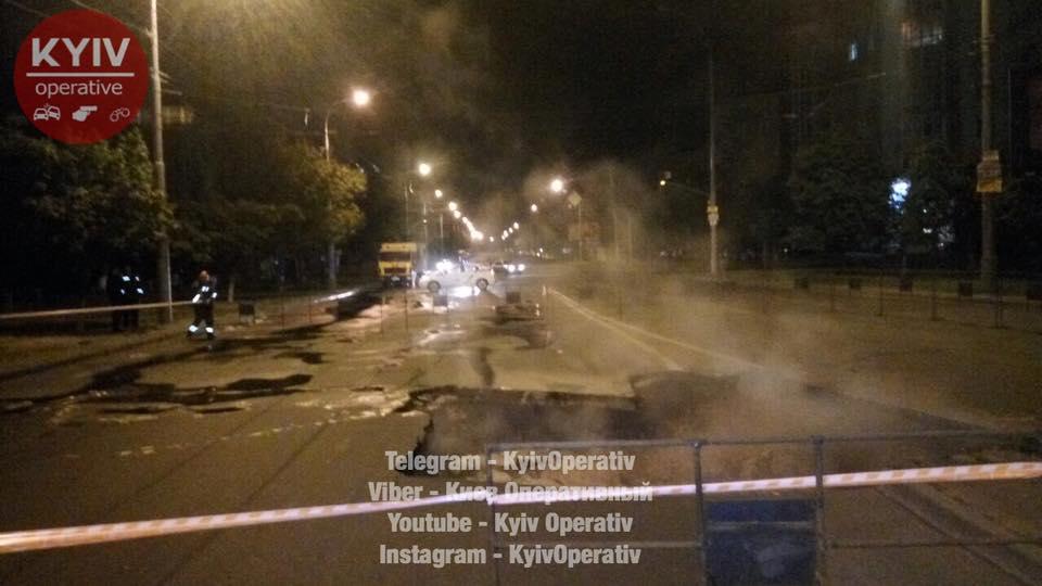 В Киеве на Героев Сталинграда провалился асфальт: фото, видео