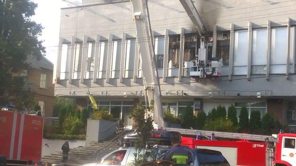 В Киеве горит здание телеканала Интер