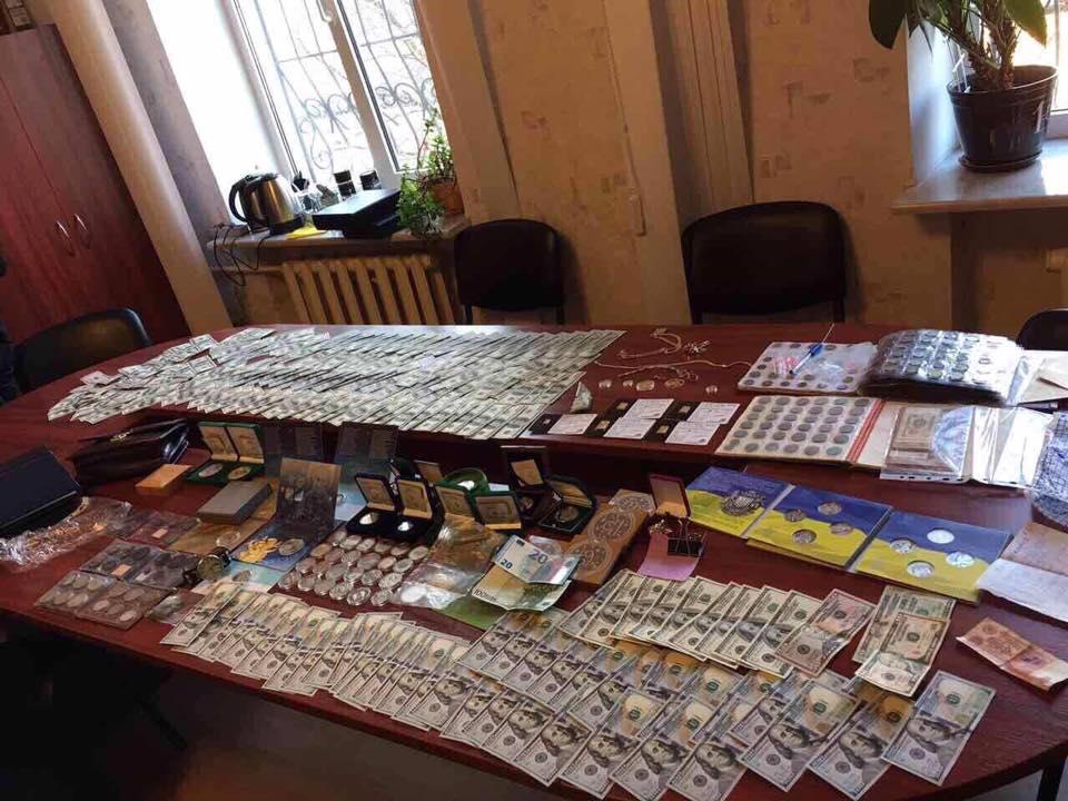 У начальника полиции Шостки нашли оружие и флаг РФ - ГПУ
