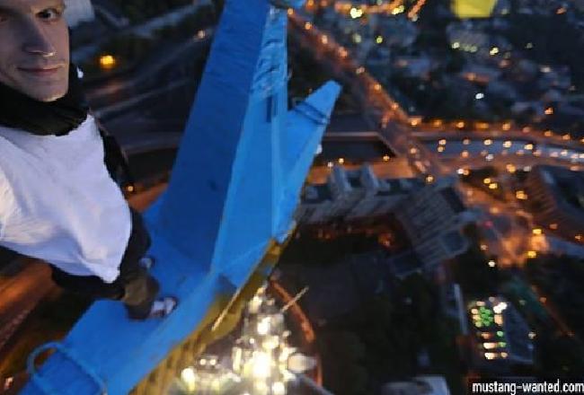 В цвета флага Украины высотку в Москве раскрасил украинский руфер