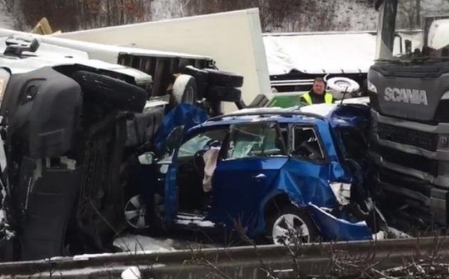 Из-за сильного снегопада в Чехии столкнулись 40 машин: фото