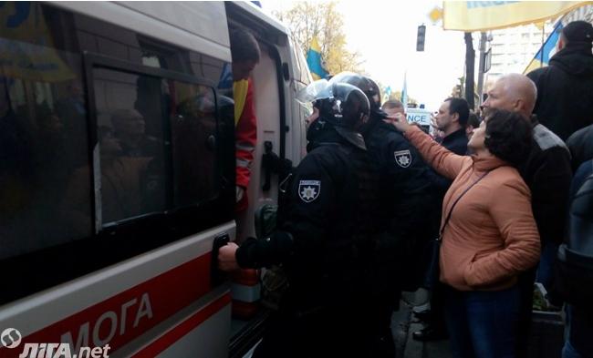 Вцентре украинской столицы начались столкновения митингующих сполицией