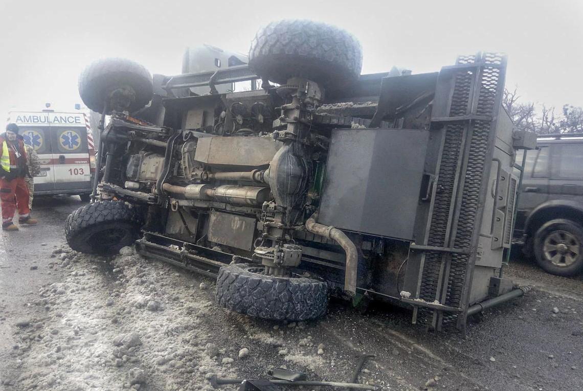 На мосту в Киеве перевернулась военная бронемашина: фото