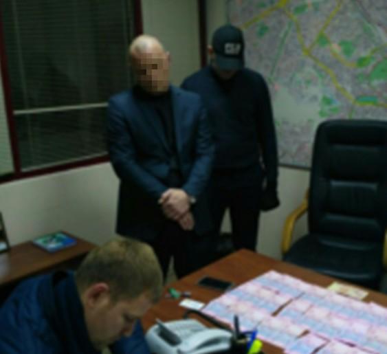 СБУ задержала начальника отдела благоустройства киевской РГА завымогательство денег сподчиненных