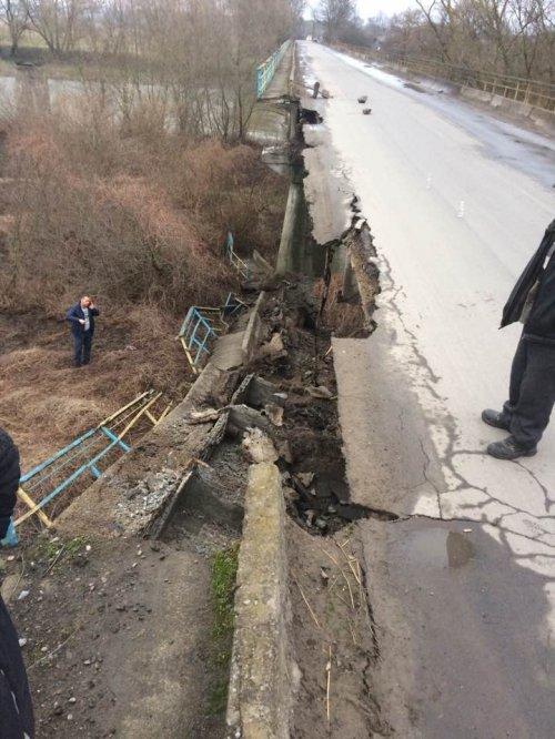 Во Львовской области обрушился мост через Днестр: фото