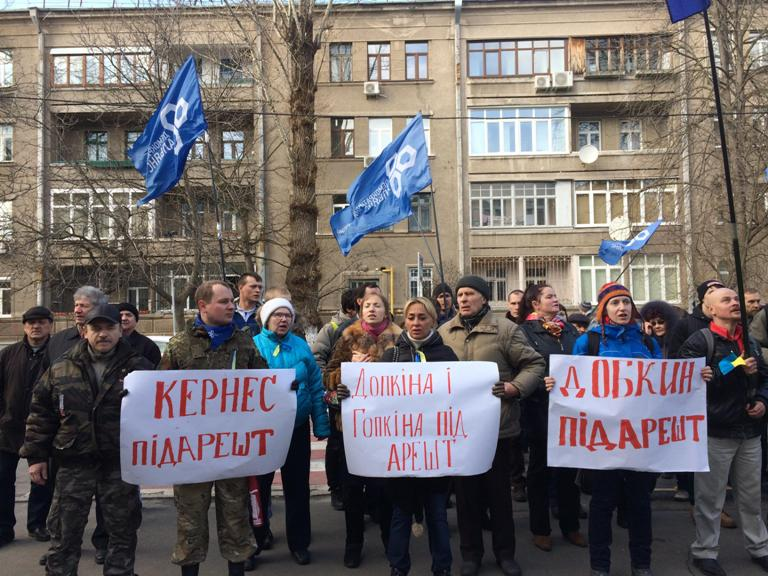 Возле МВД активисты требуют ареста Добкина, Кернеса и Жилина