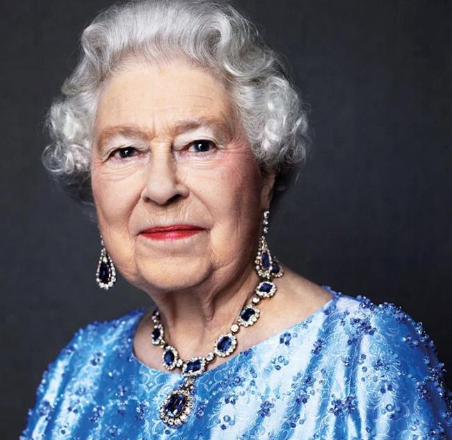 На65-річчя коронації Єлизавета ІІ похвалилася коштовностями із сапфіру