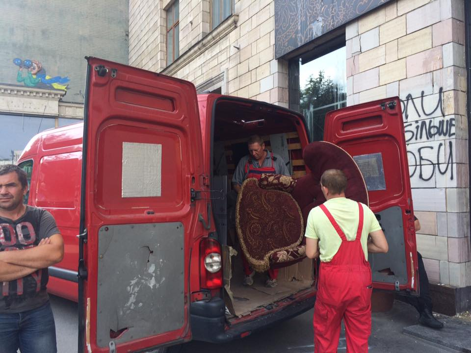 Скандал с граффити: из магазина на Грушевского вывезли товар