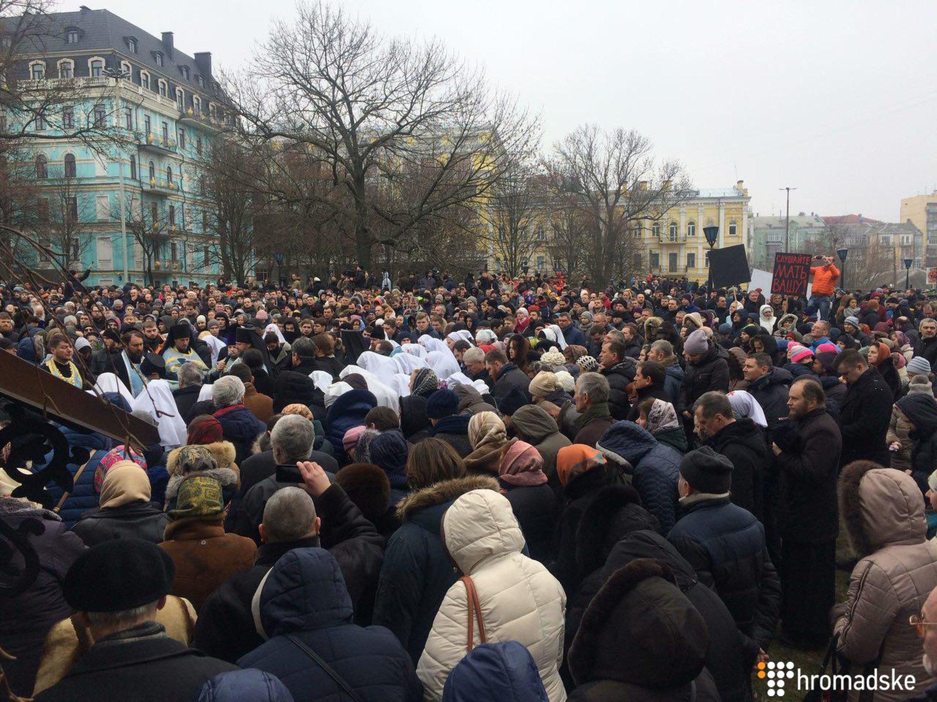 Радикалы окружили Десятинный монастырь УПЦ Московского патриархата вКиеве