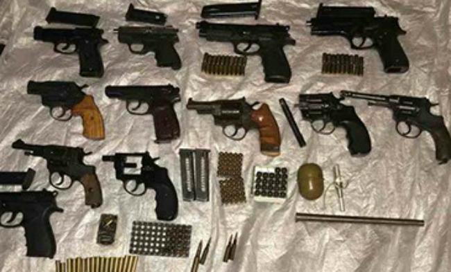 В Новомосковске полиция обнаружила склад оружия в квартире: фото