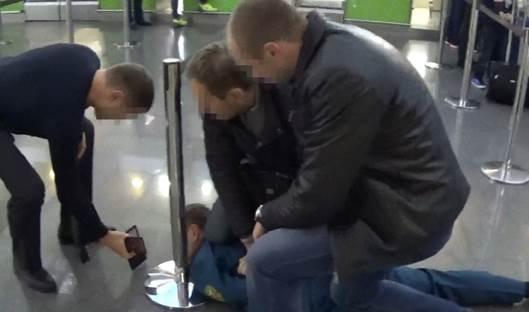 На взятке задержан инспектор таможенного поста Борисполь-аэропорт