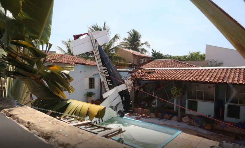 В Бразилии самолет упал на жилой дом: трое погибших