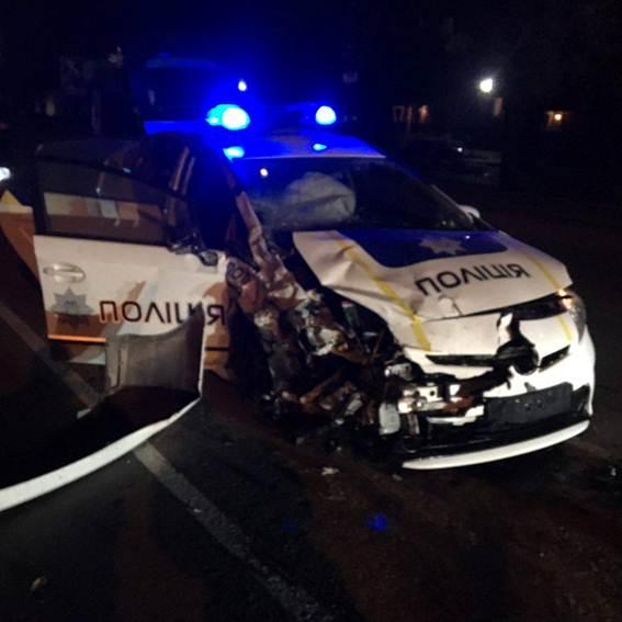 В Хмельницком такси столкнулось с авто патрульных: таксист погиб