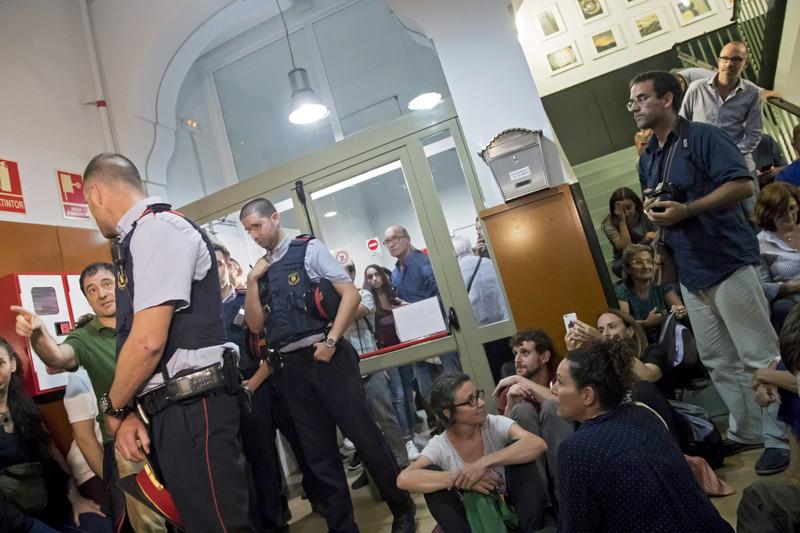 противостояние полиции и родителей в школе.jpg