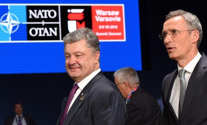 Президент Петр Порошенко с Генеральным секретарем НАТО Йенсом Столтенбергом на саммите НАТО в Варшаве 9 июля 2016 года (Фото - EPA / Radek Pietruszka)