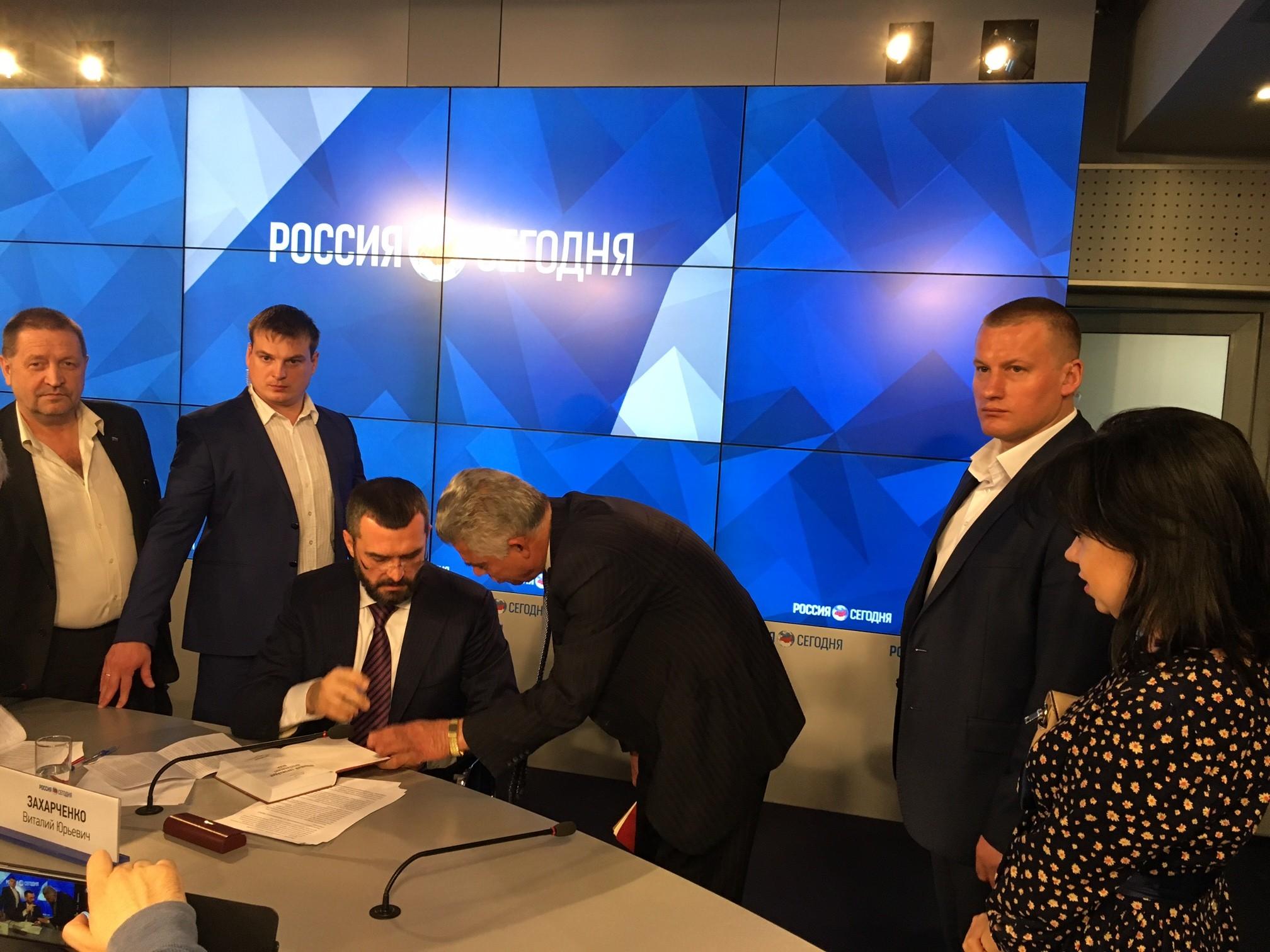 Беглый экс-глава МВД Захарченко в РФ презентовал книгу о Майдане