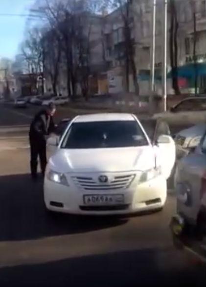 В Донецке для решения конфликта в ДТП применили пистолет: видео