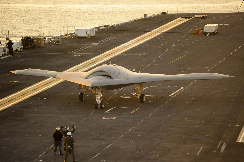 Безпілотний бойовий літальний апарат X-47B (UCAS), розроблений Нортроп Груммен у співпраці з DARPA, часто називають «напівавтономним». (Надано Нортроп Груммен)