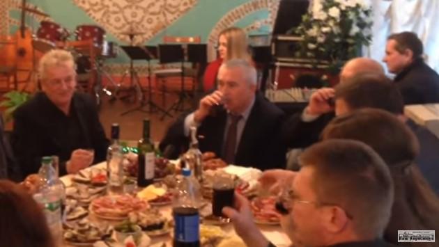 ВЖитомирской области разгорелся скандал вокруг полупустых столов для людей сограниченными возможностями