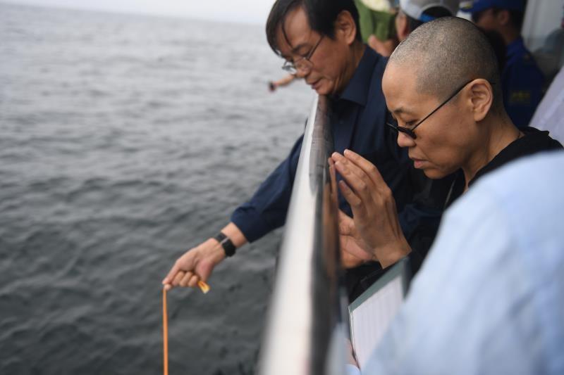 Урну с прахом китайского диссидента Лю Сяобо погрузили в море