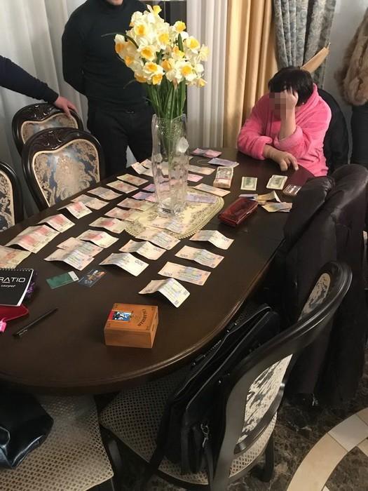 СБУ: Чиновница ГМС ускоряла оформление загранпаспортов за взятки