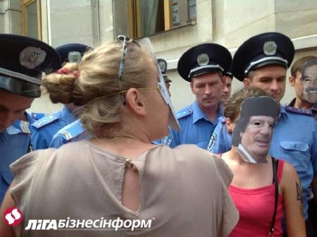 Активистов задержали на Банковой за акцию Клуба адских диктаторов