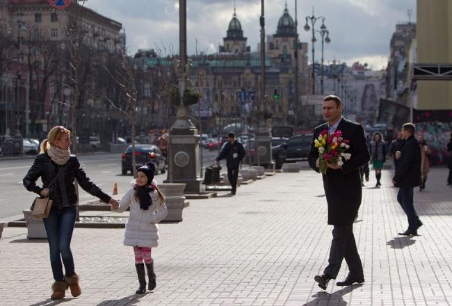 Кличко вышел на Крещатик с цветами, чтобы поздравить киевлянок