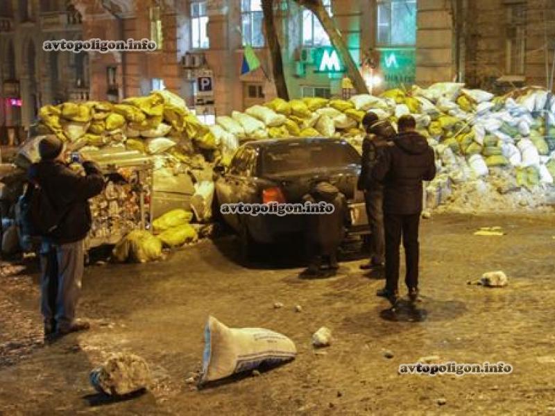 В баррикаду Майдана в Киеве влетел Bentley: фото