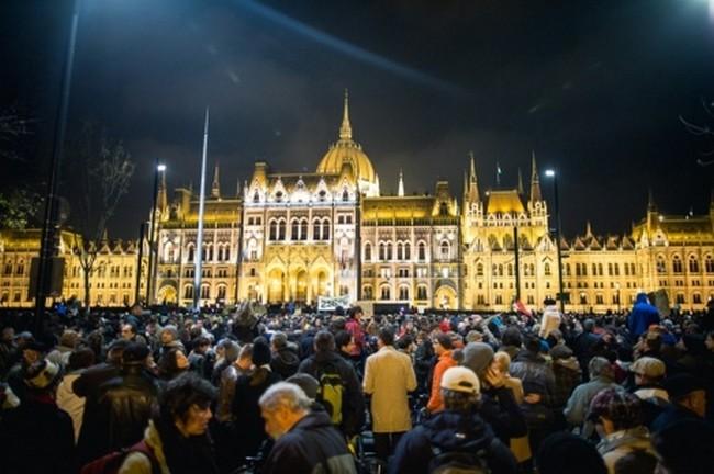 Тысячи венгров вышли против лояльного к Москве премьера Орбана