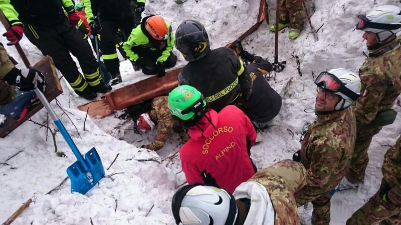 Сход лавины в Италии: нашли живыми четверых детей и женщину