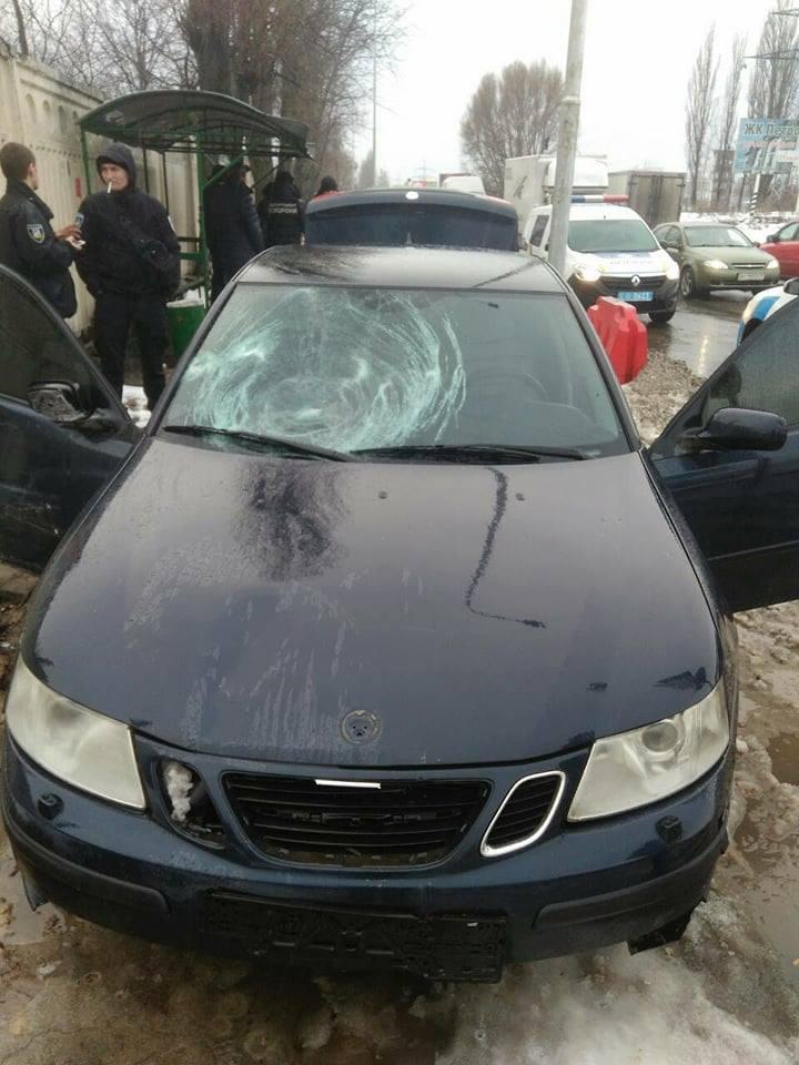 Под Киевом автомобиль сбил на тротуаре женщину с детьми: фото