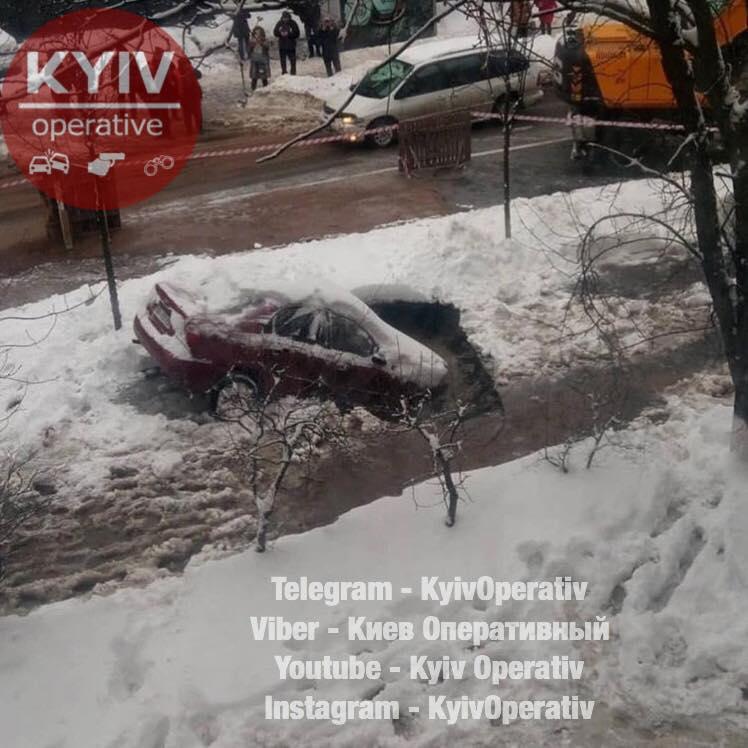 В Киеве из-за прорыва трубы автомобиль провалился под землю: фото