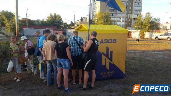 Киевляне вновь вышли с протестом к метро Героев Днепра: фото